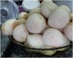 freshly baked pão de queijo